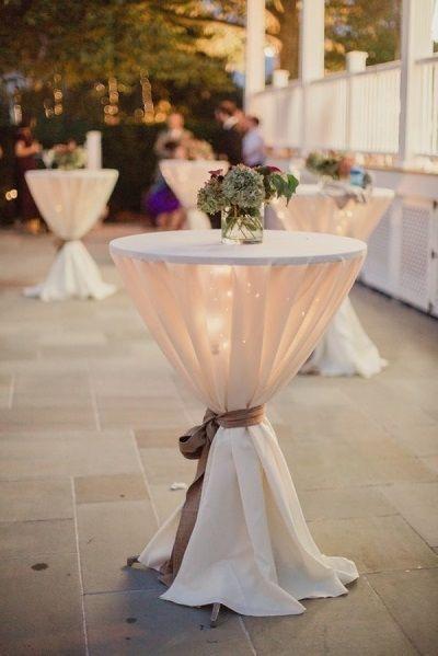 Tables de bar avec des lumières | Beau mariage, Deco mariage .