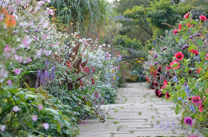 10 Ideas to Steal from English Cottage Gardens - Gardenis