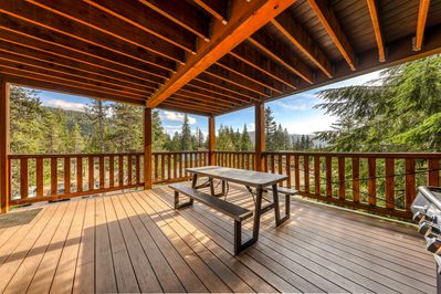 Large, dog-friendly home with a covered deck - close to skiing .