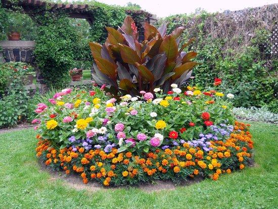 Round Flower Garden - Picture of Spadina Museum, Toronto - Tripadvis