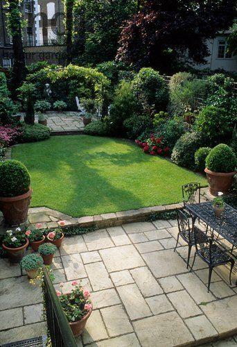 Harpur Garden Images Ltd :: CM200 Small formal town garden with .