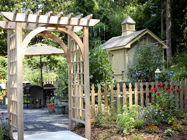 What is the Difference Between a Pergola and an Arbo