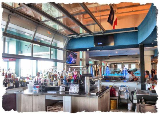 Indoor/outdoor bar - Picture of The Island Grille & Raw Bar .